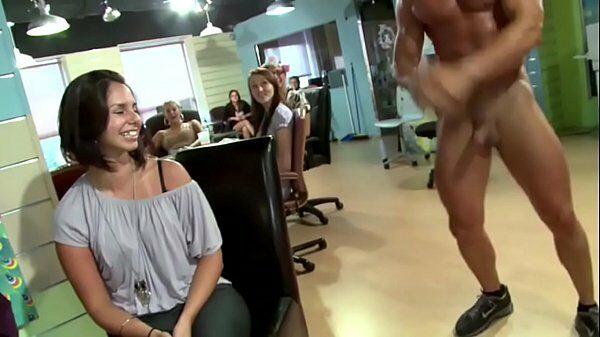 Despedida de soltera llena de mujeres cerdas haciendo mamadas al striper
