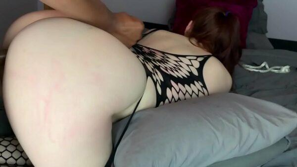 Porno interracial con una pelirroja culona y muy tragona