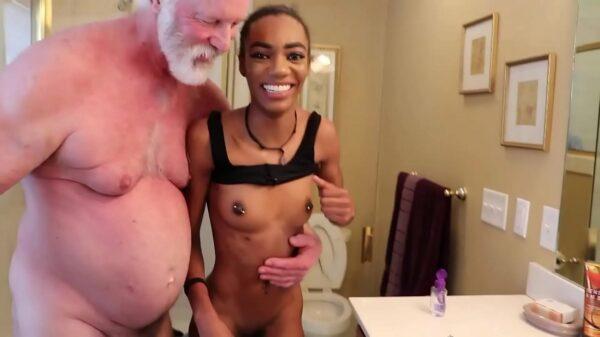 imagen Hombre maduro follando con una jovencita de color