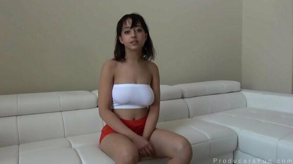 imagen Casting Porno con una petarda que nos cautiva con sus tetonas naturales