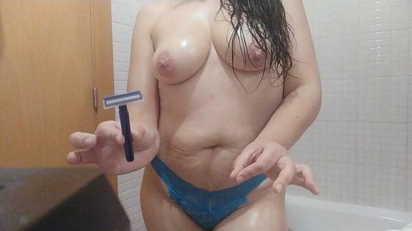 Una gorda desnuda y muy cachonda se masturba en el baño